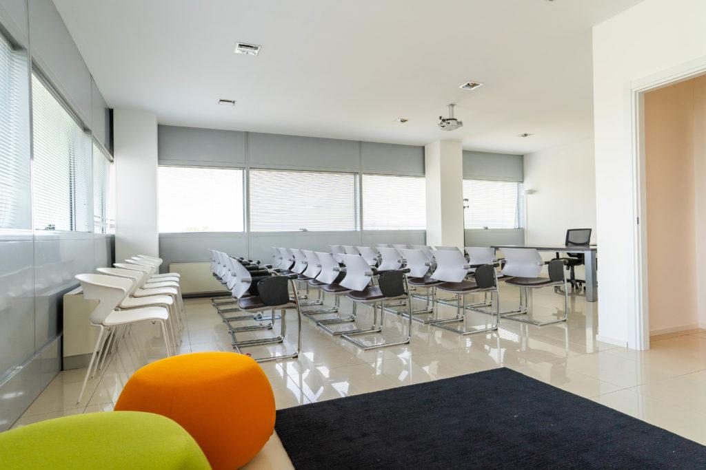 Vista sala riunioni da zona relax