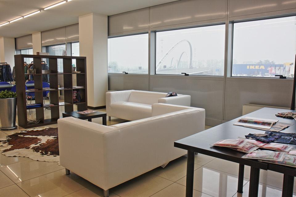 elegant temporary showroom padova
